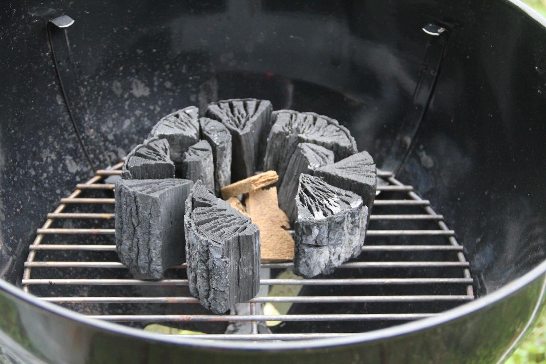 たきつけを囲うように炭を並べる