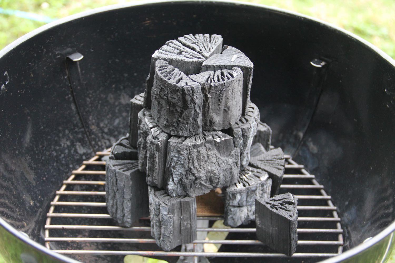 ピラミッド上に積まれた炭
