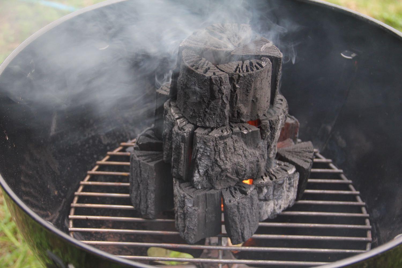 炭の上部から煙が出ている