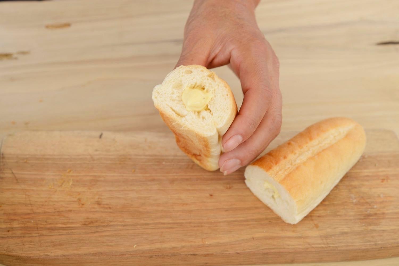 リモネードソースをパンに流し込む