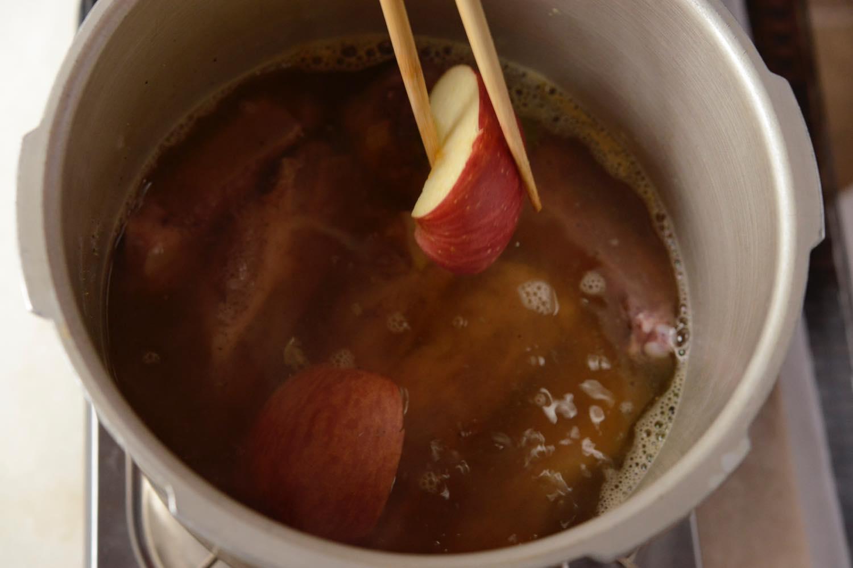鍋にりんごを入れる