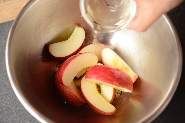 りんごに酢を和える