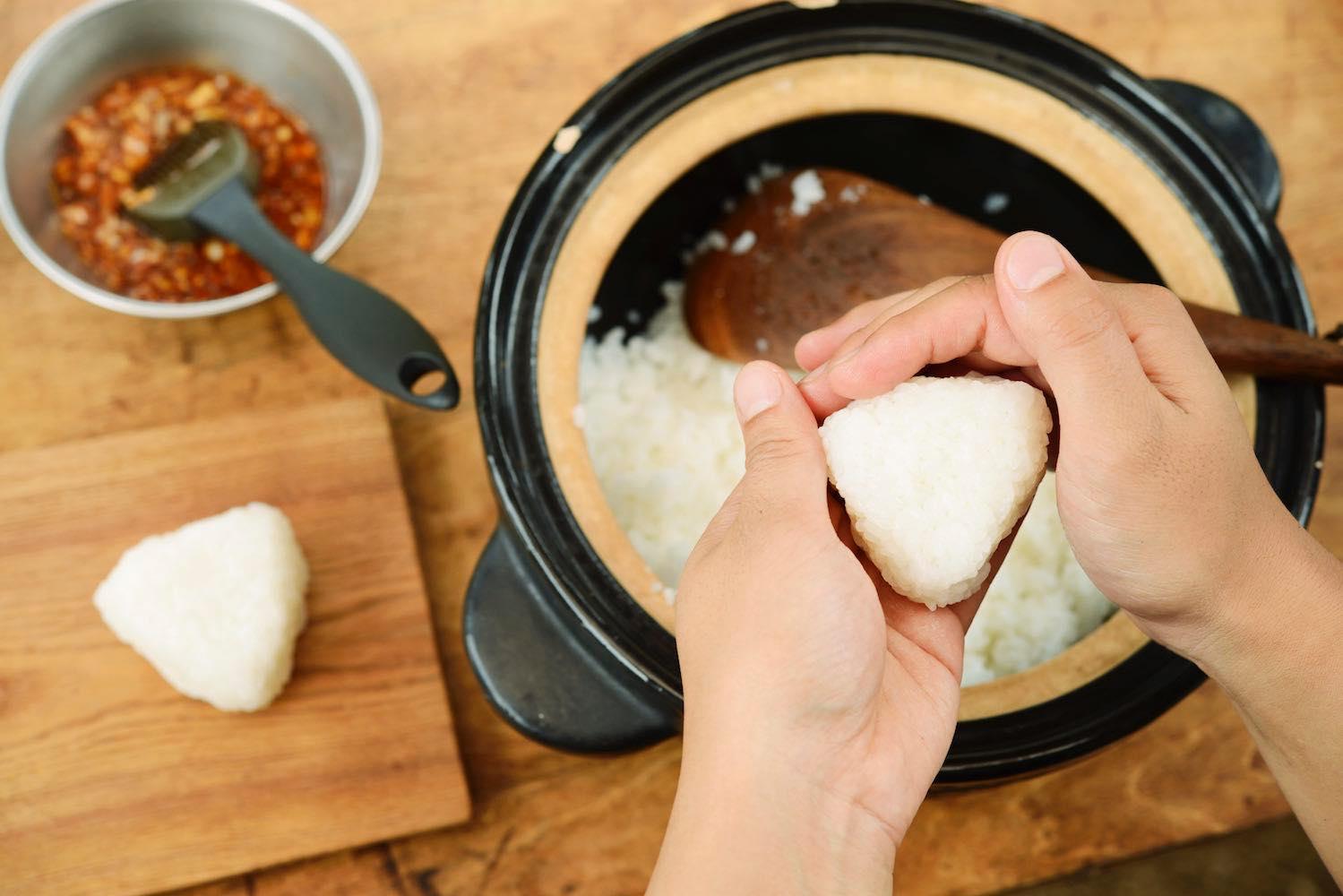 土鍋で炊けたごはんでおにぎりを作る